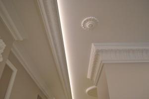 Lubu-ir-sienu-dekoras-apdailos-juostomis-LED-apsvietimas-Classic-Line-Decor-naujas-biuras